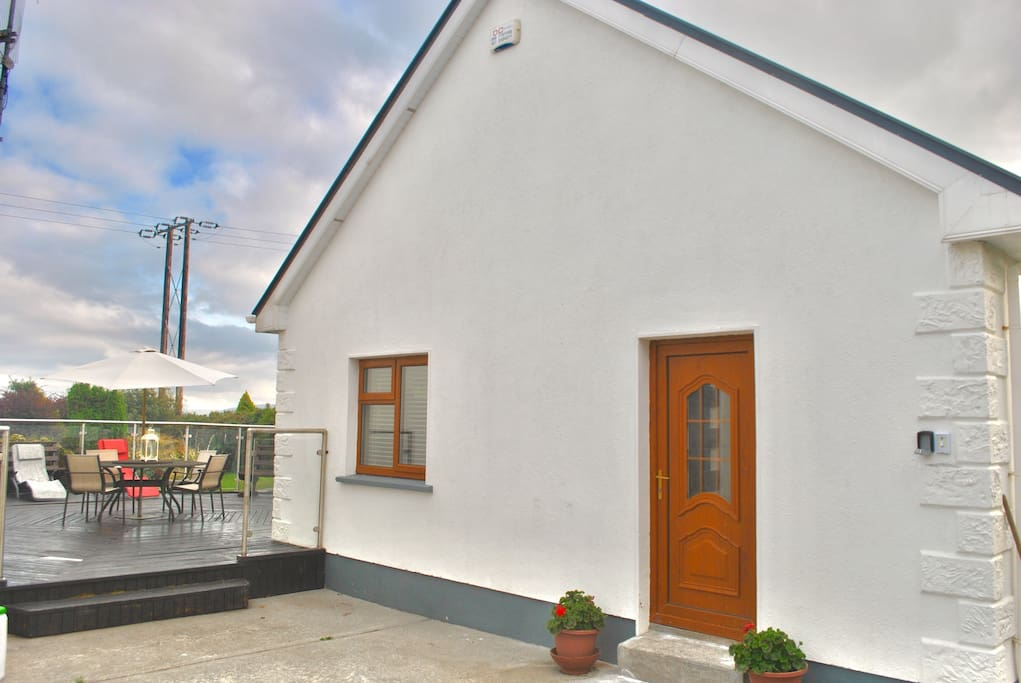 Beautiful, newly renovated, holiday home just 7minutes walk to Barna village