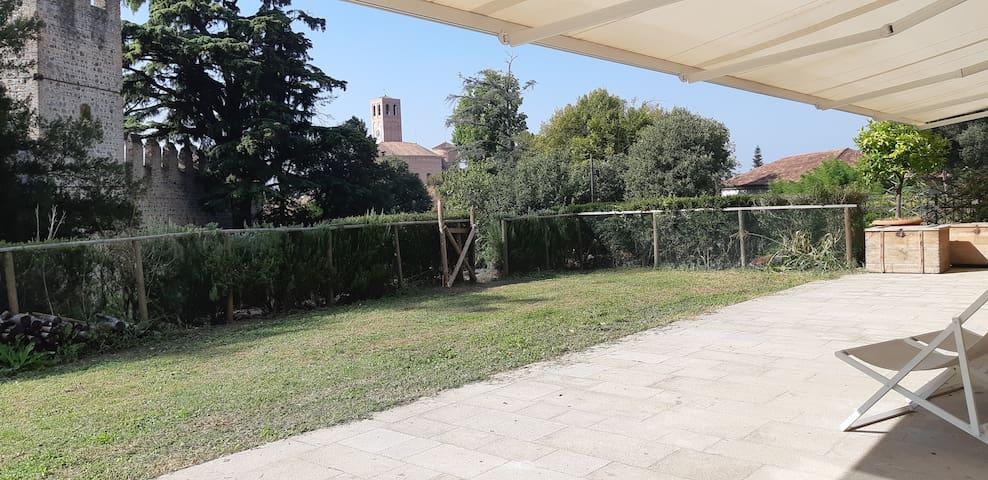 Villa Veneta vista Castello medievale con giardino