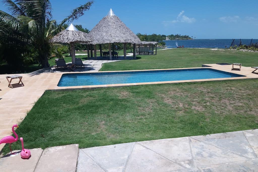 Piscina y jardin con acceso al mar