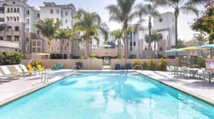 Modern Condo, 10 Min from beach and other SD sites