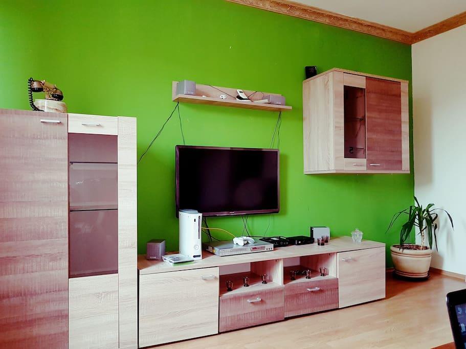 Donja dnevna prostorija sa slikom televizije i jednog zida