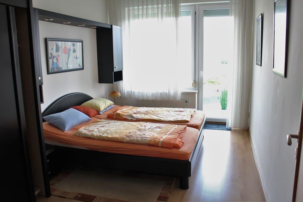 Schlafzimmer mit Doppelbett, Balkon