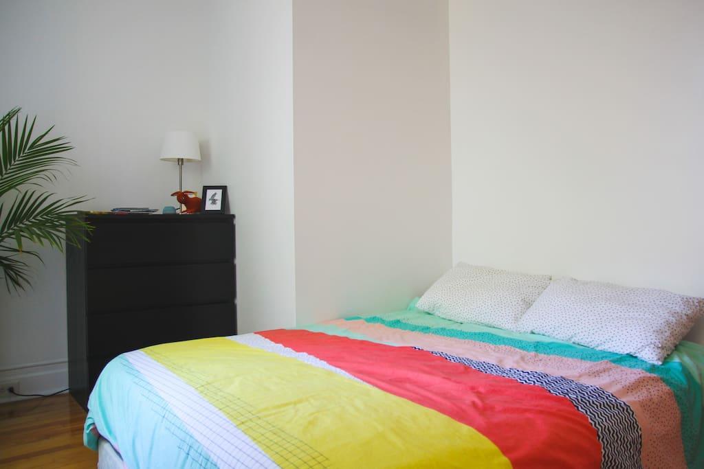 Un lit queen et un tiroir de la commode pour votre séjour.
