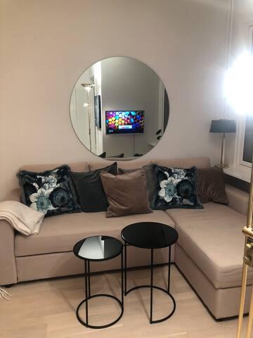 Sovesofa for to og smart TV med netflix, tv2sumo og viaplay