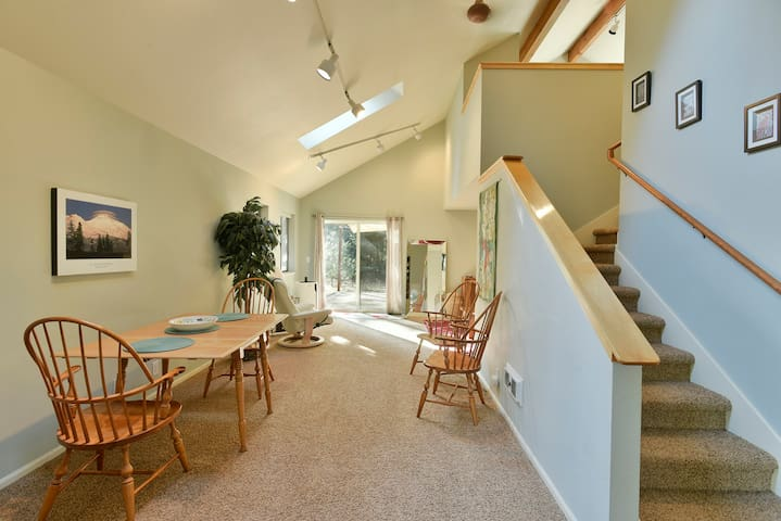 Beautiful Private Shasta Home with Hot Tub