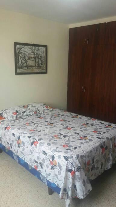 Habitacion con cama full(2plazas) closets, cajones y aire acondicionado.