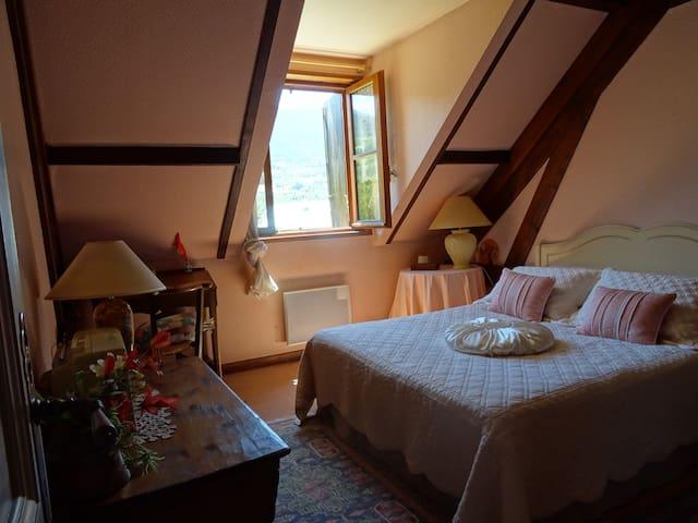 Chambre à l'étage côté jardin