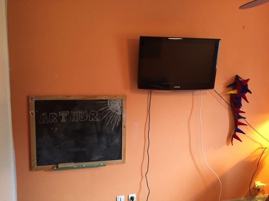 Télévision, avec lecteur multimédia pour regarder films.