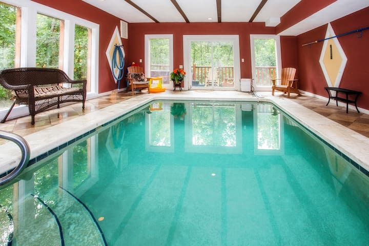 LARGE SECLUDED CABIN WITH HEATED INDOOR POOL