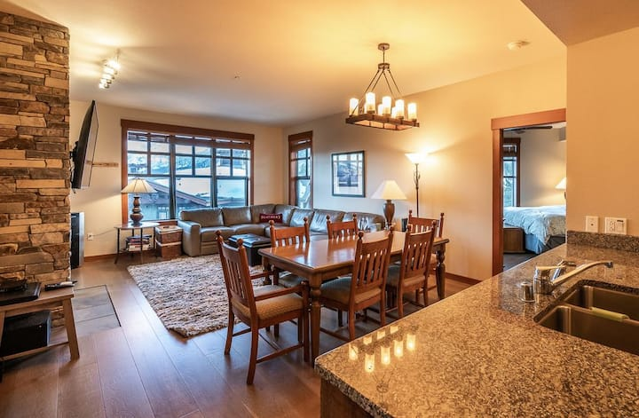 Top Floor Gorgeous 2BR/2BA Unit in The Village with Great View! Quiet location.