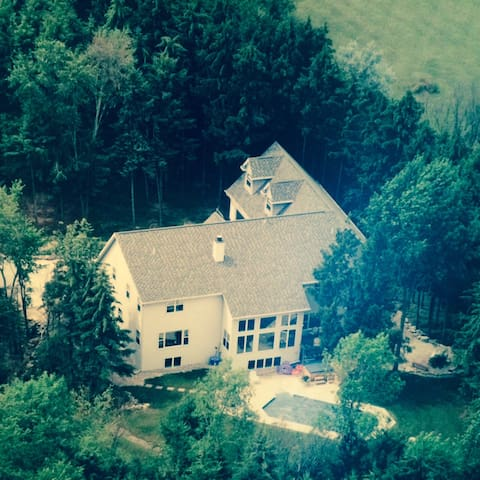 Wooded Lodge Estate Property perfect for EAA! - Neenah - Hytte