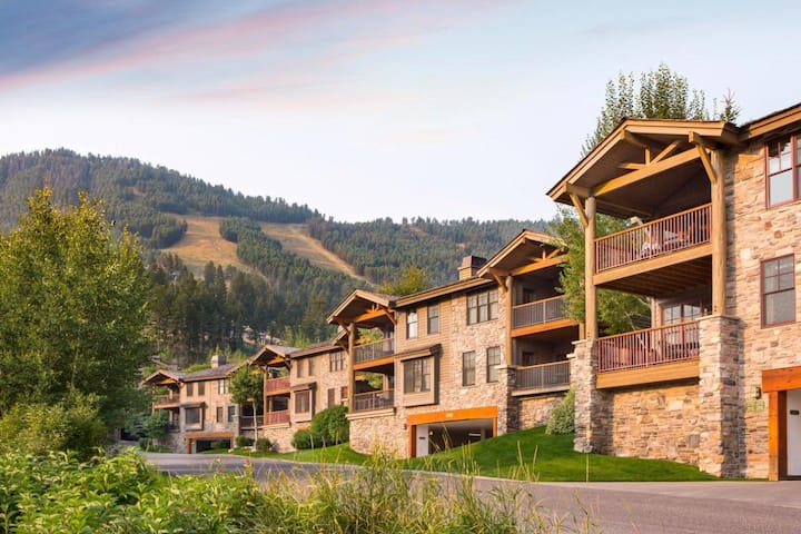 Groups Welcome, 4 Units for 16, Shuttle to Skiing