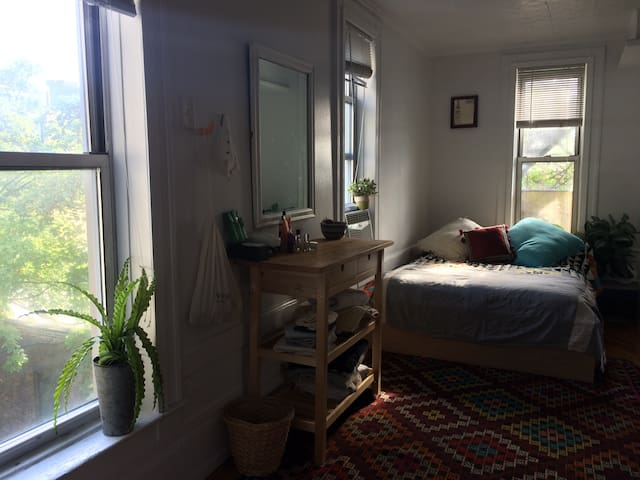 :::Bright Cosy Artist's 1-Bedroom!::: - Brooklyn - Leilighet