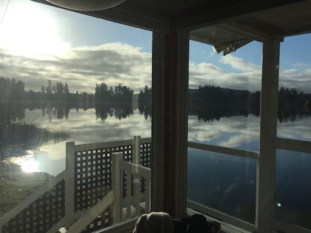 Private Lake Front 1 bed Cottage full kitchen wifi - Victoria - Cottage
