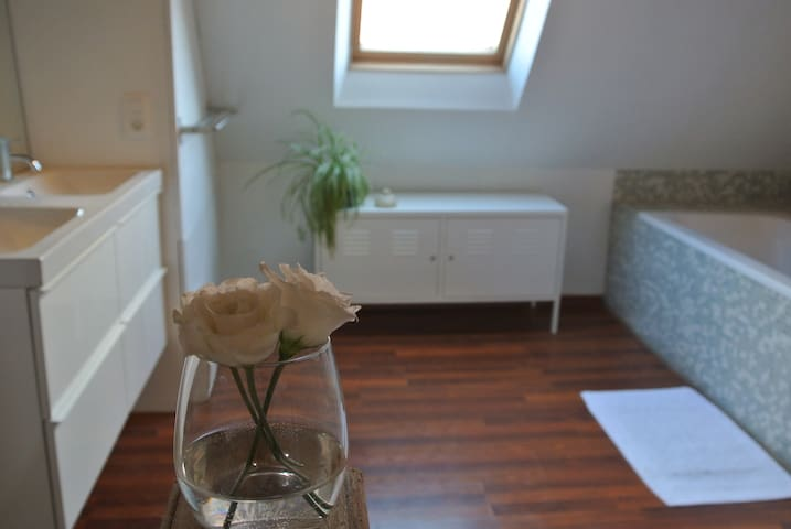 Comfortable Room in Adorable House near Centre
