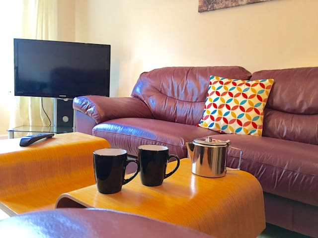 Convenient FIVE bed sleeps FIVE FREE WIFI &Parking