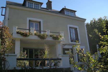 Amboise, une chambre à la Huchette - House