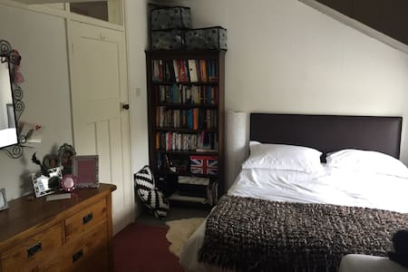 C18th cottage room with king bed - Lancaster - Wikt i opierunek