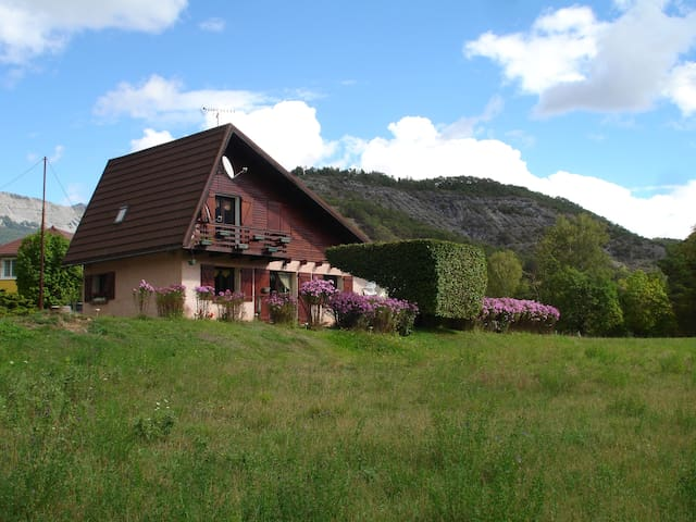 Chambre mansardée ds Maison style chalet montagne - Selonnet
