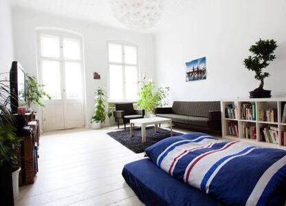 Quiet, Sunny & Cozy Room in Hip Area of Neukölln - Berliini - Huoneisto