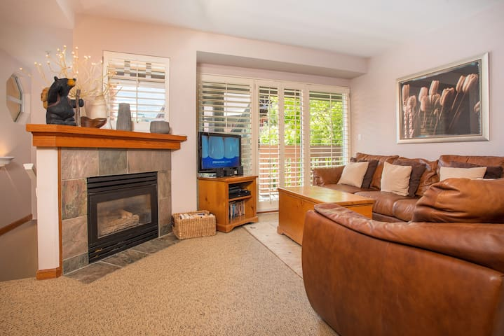 Cozy 3BDR Townhome in Whistler Village | BBQ