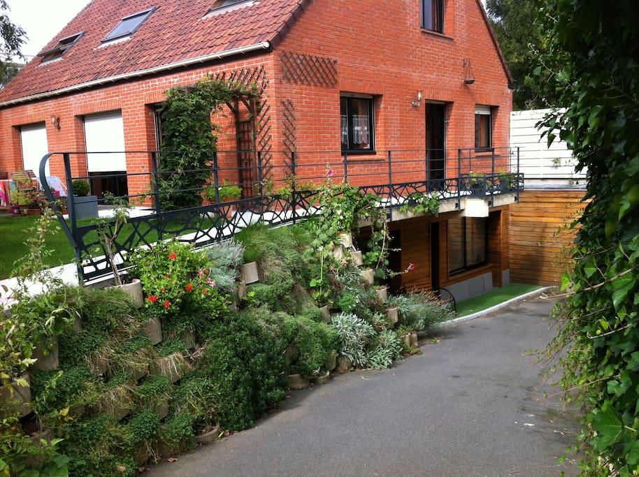 La campagne à la ville. Vue de l'extérieur du studio, accès studio en contrebas