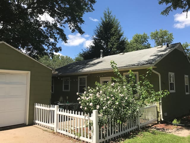 The Little Green House: cozy & close to campus!