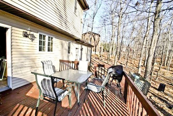 Pocono Adventure - 3 bedroom home w/Fire place, Wi-Fi, by Lake & Pool!