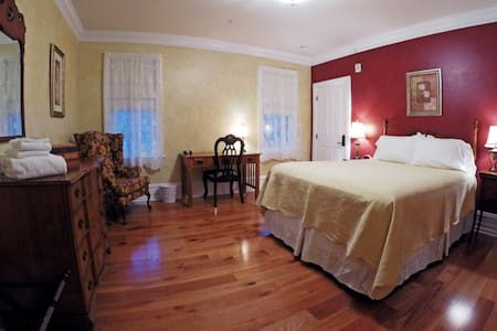 Corrado Suite at the 5-star Main Street Inn - Kutztown