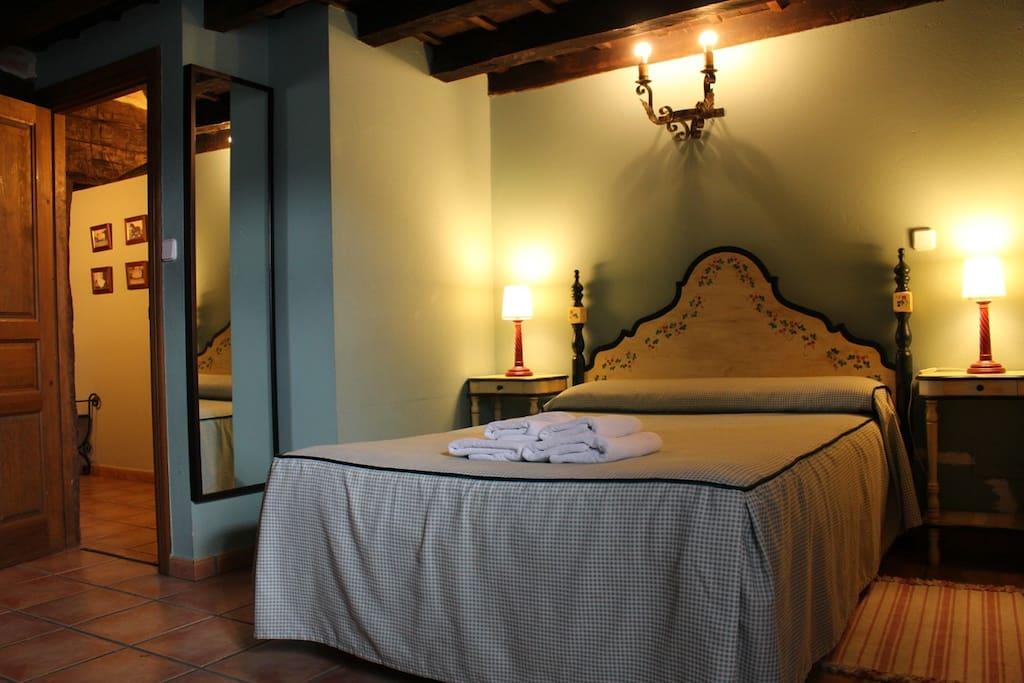 habitación cama matrimonio y baño