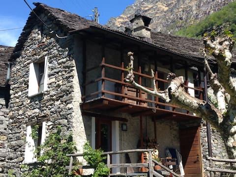 Casa Platano: tipico rustico verzaschese in sasso
