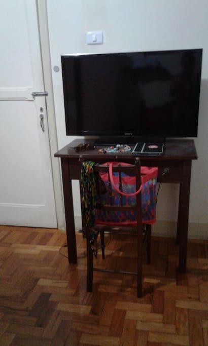 mesa trabalho e TV quarto solteiro