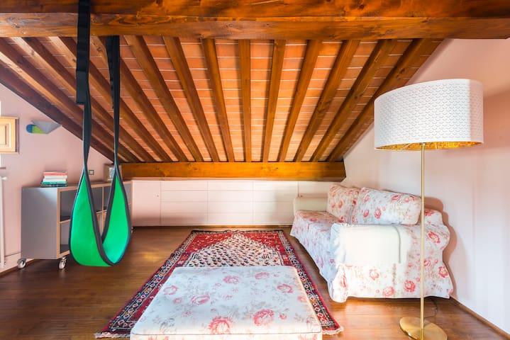 Mansarda, divano letto, terzo piano