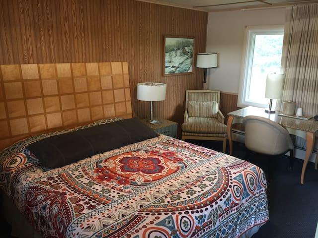 Charming Family owned Motel - random lake