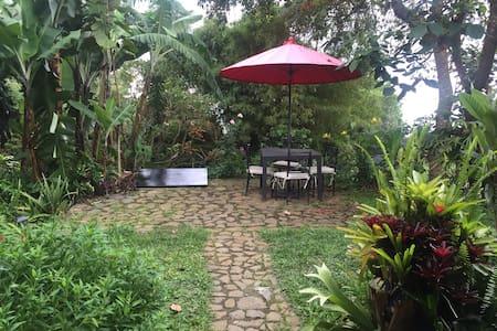 CHALET con hermoso jardín, muy acogedor en Dapa - Cali
