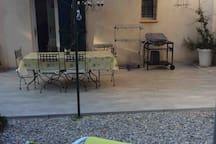 Terrasse avec table et plancha