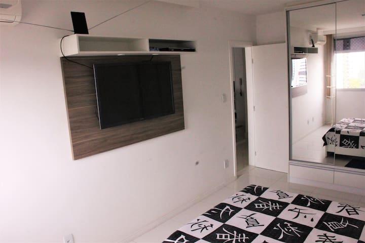 Suite do casal com TV (a porta aberta esconde o banheiro)