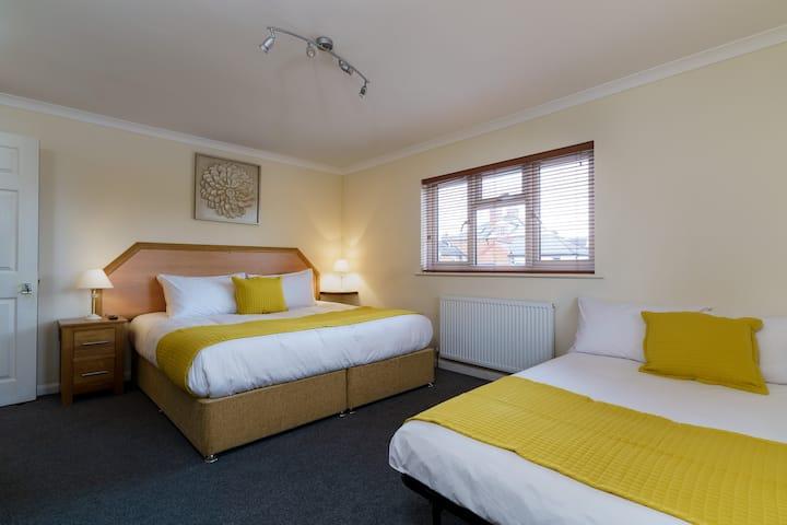 Ensuite Family room - St Andrews Hotel
