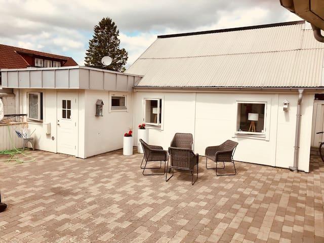 Övernattningslägenhet. Lilla Huset inne på tomten.