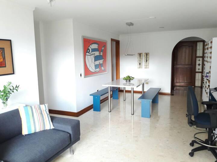 Habitación pequeña y acogedora con baño privado