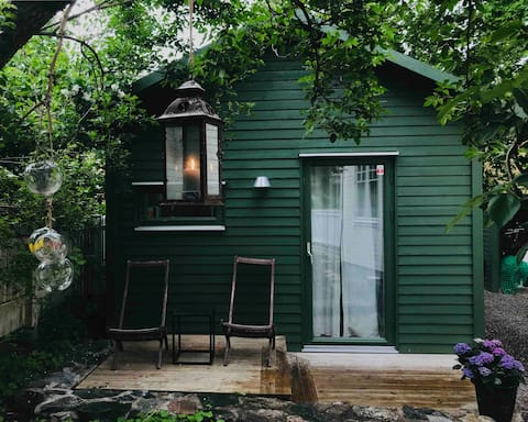 Cosy architect-designed guest house with sauna!