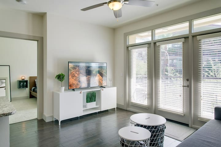 Large Modern Condo - Fashion Square/Old Town!Pool!