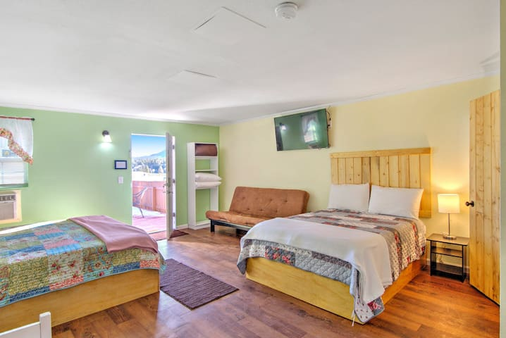 Family-friendly studio w shared grill and patio seating next to Lake George