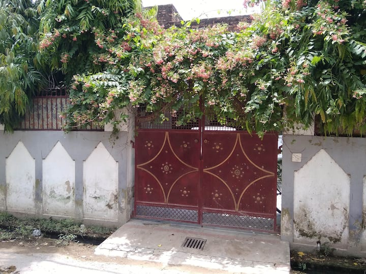 private room with attached bathrm, muslim locality