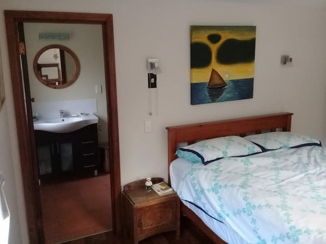 Room and ensuite in seaside suburb