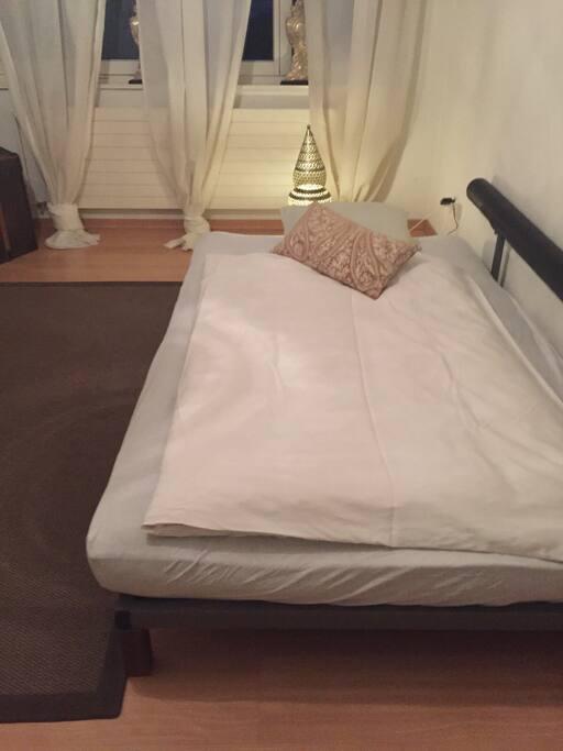 Bett im Privatzimmer. 120 cm breit