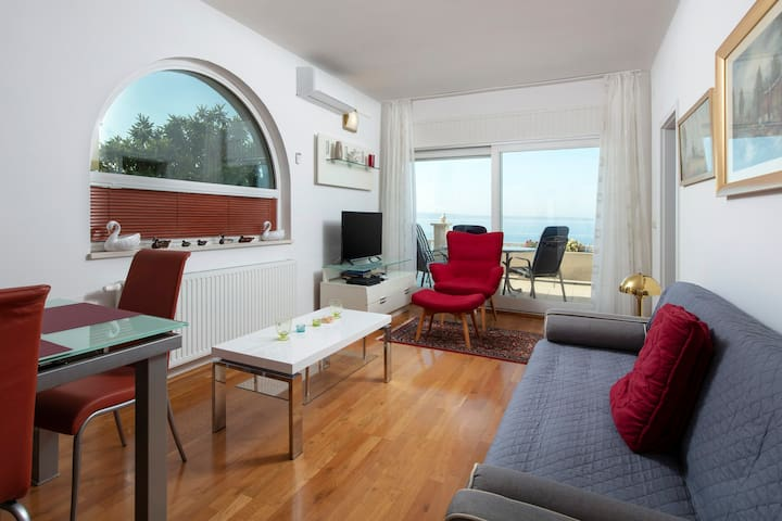Deluxe apartment in Podstrana-Located on the beach