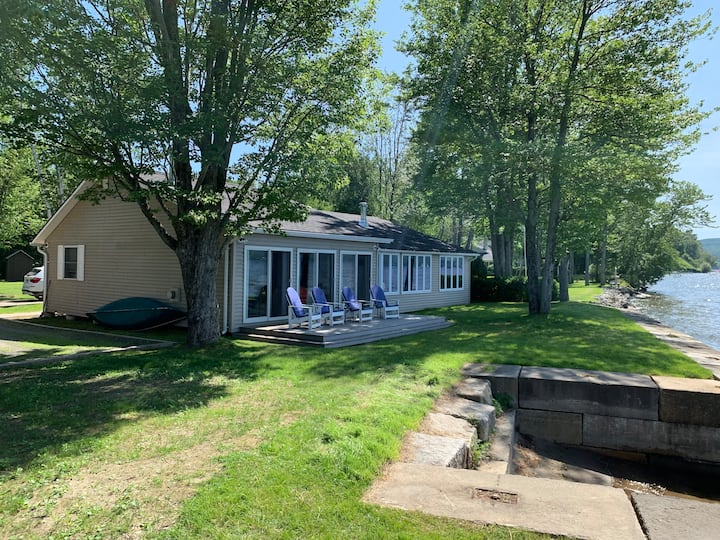 Cozy yet roomy cottage right on Lake Memphremagog!