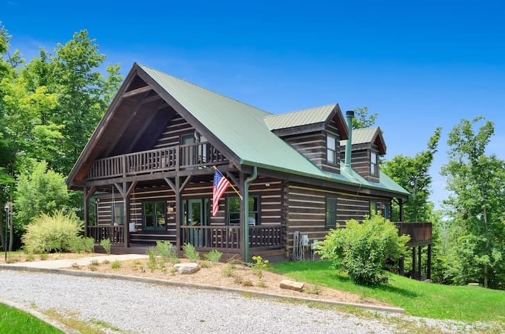 Luxury Log Cabin on Equestrian Estate w/ Hot Tub!