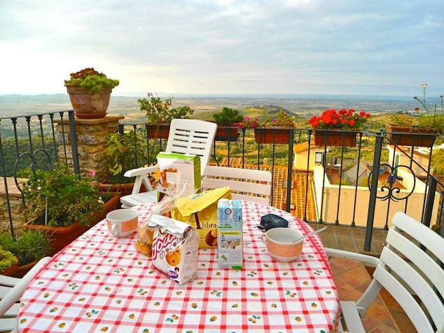 Lovely flat in medieval town with amazing view! - Campiglia Marittima - Apartamento